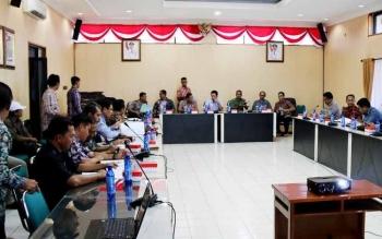 Bupati Barito Utara, H Nadalsyah didampingi Sekda H Jainal Abidin saaat memimpin rapat koordinasi dengan PLN Muara Teweh di aula Sekda lantai I, Kamis (19/5).