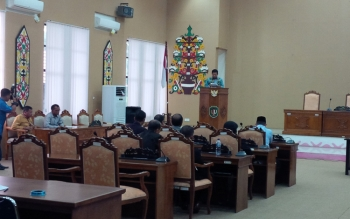Bupati Katingan Ahmad Yantenglie memberikan tanggapan atas rekomendasi tim Pansus DPRD Kabupaten Katingan. BORNEONEWS/HAIRUL SALEH