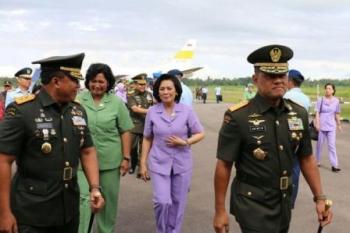 Panglima TNI Jenderal TNI Gatot Nurmantyo (kanan) tiba di Lanud Supadio Pontianak disambut Panglima Kodam XII/Tanjungpura Mayjen TNI Agung Risdhianto.