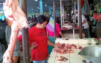 Seorang pembeli sedang memilih daging yang dijajakan pedagang di Pasar Ikan Mentaya Sampit, Jumat (20/5/2016). BORNEO/RAFIUDIN