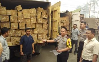 Kapolres Kotim AKBP Hendra WIrawan memeriksa kayu ilegal yang diamankan beberapa waktu lalu. BORNEO/MUHAMMAD HAMIM