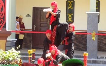 Siswa SMK Negeri 4 Sampit menampilkan tari pada acara peluncuran program literasi sekolah di SMK yang juga membina jurusan perhotelan pertama di Bumi Habaring Hurung itu. BORNEO/RAFIUDIN