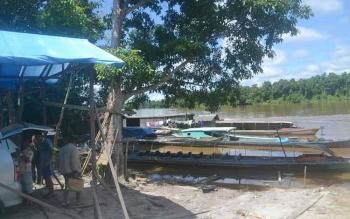 Beberapa perahu mesin motor sandar di tepi Sungai Katingan Desa Jahanjang, Jumat (20/5/2016). BORNEONEWS/ABDUL GOFUR