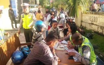 Anggota Satlantas Polres Kobar memeriksa kelengkapan kendaraan pengendara sepeda motor dalam Operasi Patuh yang digelar sejak 16 Mei 2016 di depan Mapolres Kobar, Jalan Diponegoro, Pangkalan Bun, Jumat (20/5/2016). Hingga hari ini, sudah 500 pelanggaran.