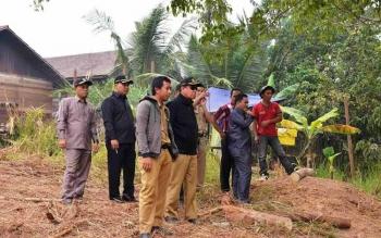 Rombongan anggota Komisi IV DPRD Kotawaringin Timur saat meninjau pembangunan infrastruktur di Kecamatan Teluk Sampit, Kotim, beberapa waktu lalu. BORNEO/M. RIFQI
