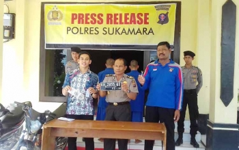 Kasat Reskrim Polres Sukamara AKP Zaldy Kurniawan menunjukkan barang bukti. BORNEONEWS/NORNASANAH