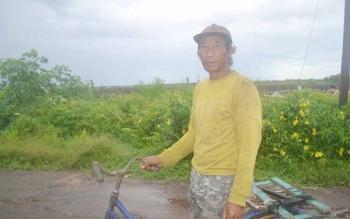 Miskan, petani warga Desa Bangun Jaya Kecamatan Katingan Kuala, Kabupaten Katingan, saat hendak menuju sawah. BORNEONEWS/ABDUL GOFUR