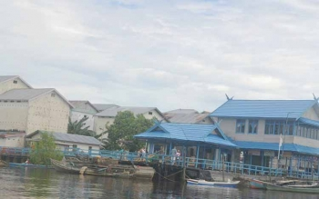 Sejumlah warga tampak melakukan aktifitas bongkar muat di Pelabuhan Pagatan Kecamatan Katingan Kuala, Sabtu (21/5/2016). BORNEONEWS/ABDUL GOFUR