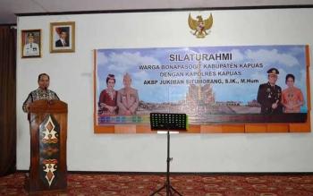 Bupati Kapuas Ben Brahim memberikan sambutan dalam acara silaturahim warga Bonapasogit, menyambut kehadiran AKBP Jukiman Situmorang sebagai Kapolres Kapuas yang baru. BORNEO/DJEMMY NAPOLEON