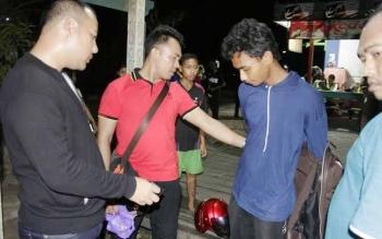 Anggota polisi melakukan penggeledahan terhadap seorang pengendara yang mabuk saat melintas di Jalan Jenderal Sudirman, Sampit, Kotawaringin Timur, Sabtu (21/5/2016) malam. BORNEO/MUHAMMAD HAMIM