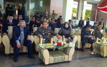Bupati Katingan Ahmad Yantenglie bersama sejumlah pejabat setempat saat mengikuti jalannya upacara peringatan Hari Jadi ke 59 Provinsi Kalimantan Tengah, Hari Kebangkitan Nasionl ke 108, Hari Pendidikan Nasional ke 127 dan Hari Otonomi Daerah ke 20 di hal