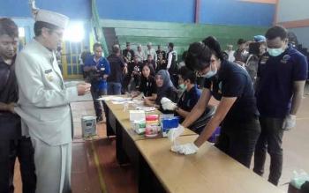 ir Muhajirin Wakil Bupati Kapuas sekaligus Ketua BNK Kabupaten Kapuas sebagai peserta pertama melakukan tes urin.