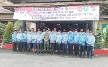 Bupati Kotim Supian Hadi berfoto bersama dengan Dandim 1015 Sampit Letkol Kav Enda M Harahap bersama para pejabat di daerah itu usai upacara peringatan hari kebangkitan nasional di halaman Kantor Bupati Kotim, Senin (23/5/2016).