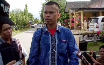 Ketua Koperasi Kompak Maju Bersama Gusti Gelombang memberikan penjelasan kepada wartawan di halaman kantor Ditreskrimum Polda Kalteng, Senin (23/5/2016). BORNEONEWS/DOK