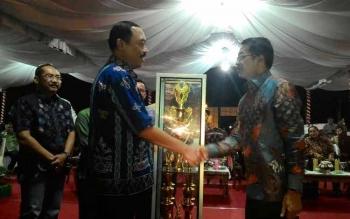 Penjabat Gubernur Kalteng, Hadi Prabowo (kiri) menyerahkan Piala Bergilir kepada Bupati Murung Raya, Perdie M Yoseph sebagai Juara Umum Gelaran Festival Budaya Isen Mulang (FBIM) 2016, Senin (23/5/2016) malam. Tahun ini prestasi Kabupaten Sukamara dalam F