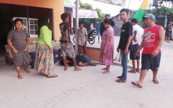 Kawasan Pasar Tembaga Indah saat ini rawan lakalantas. Nampak korban lakalantas di Depan Pasar Tembaga Indah sedang diamankan warga. BORNEONEWS/KOKO