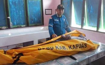 Sekretaris Balakar 545 Rahmad bersma tim juga mendukung pencarian korban dan saat di evakwasi ke Kamar mayat dr Soemarno Sosro Admojho Kuala Kapuas.