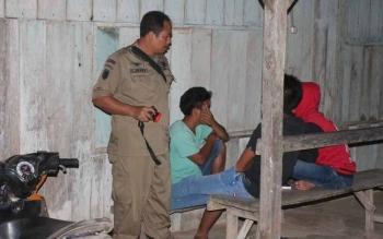 Anggota Satpol PP Lamandau sedang menasehati anak-anak muda yang gemar nongkrong di malam hari. BORNEONEWS/HENDI NURFALAH