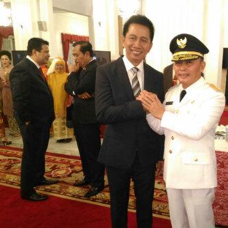 Bupati Barito Utara H. Nadalsyah, memberikan ucapan selamat atas pelantikan Gubernur Kalteng Sugianto Sabran, di Istana Presiden, Jakarta, Rabu (25/5/2016). BORNEONEWS/PPOST/AGUS SIDIK