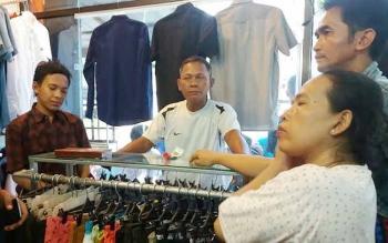 Pelaku pencurian berkemeja merah saat diinterogasi oleh ayah pemilk toko di hadapan ibunya, Kamis (26/5/2016). BORNEONEWS/HAMIM