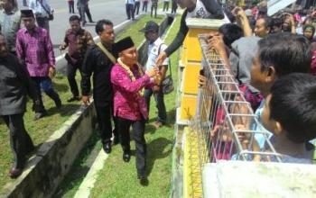 Gubernur Kalteng Sugianto di Bandara Iskandar Disambut Ribuan Warga