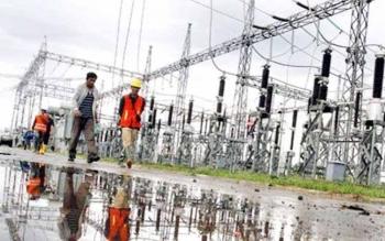 Sejumlah petugas PLN Rayon Sampit mengecek peralatan pembangkit listrik di PLTD Baamang, Kabupaten Kotim, beberapa waktu lalu. Selama Ramadan nanti PLN diingatkan agar jangan sampai melakukan pemadaman listrik.