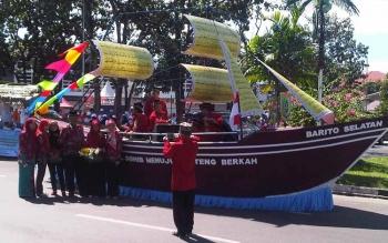 PAWAI: KM SOHIB menuju Kalteng Barkah yang ditampilkan Barsel pada acara pawai. (BORNEO/URIUTU)