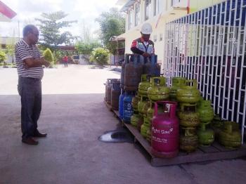 STOK LPG: Asmuni Naseri, pemilik Agen LPG H, memeriksa stok tabung LPG di tempat penyimpanan SPBU Jalan MT Haryono Sampit, Kotim, Rabu (1/6/2016). (BORNEO/RIFQI)