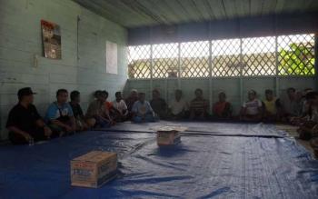 PERTEMUAN DESA: Belum adanya balai desa, sejumlah desa masih menggunakan ruang sekolah dan rumah warga untuk menjadi tempat bermusyawara. Tampak pertemuan warga di salah satu desa di Kecamatan Jabiren Raya.(BORNEONEWS/JAMES)