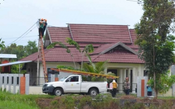 MATI TOTAL: Beberapa petugas PLN Rayon Kuala Pembuang saat memperbaiki jaringan listrik beberapa waktu lalu.BORNEONEWS/PARNEN