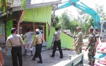 Alat Berat Ratakan 26 Bangunan Mesum di Simpang Kodok
