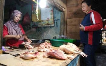 Pedagang ayam potong di Palangka Raya.
