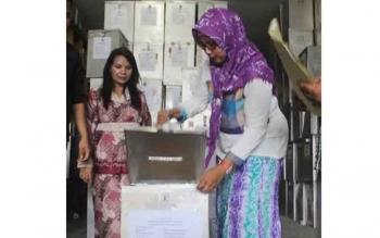 Ketua KPU Kabupaten Kotawaringin Barat Ida Wahidah membuka kotak suara pemilihan gubernur Kalteng untuk menentukan DPTb-2. BORNEONEWS/FAHRUDDIN FITRIYA