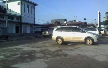 Sejumlah taksi, kendaraan omprengan yang menunggu penumpang di Pelabuhan speed boad di Sukamara. BORNEONEWS/NORHASANAH
