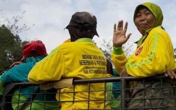 Petugas Kebersihan Pasar Tagih Janji Bupati Kenaikan GajI