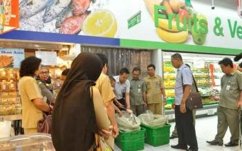 Tim Gabungan Temukan Hypermart Sampit Jual Makanan Kedaluarsa
