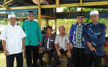 Anggota DPRD Katingan menaiki feri penyeberangan saat mengikuti Safari Ramadan 2016, di Desa Luwuk Kanan, Kecamatan Tasik Payawan, Kamis (23/6/2016) sore. BORNEONEWS/PPOST/HAIRUL SALEH
