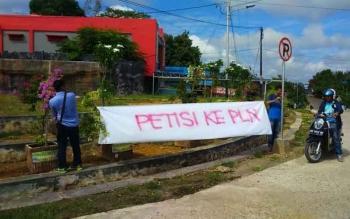 Kegiatan pengumpulan tanda tangan masyarakat sebagai dukungan pemberian petisi ke pihak PLN, agar memperbaiki kinerja. Aksi dilaksanakan di simpang 3, Jalan Ahmad Yani, Kota Puruk Cahu, 22 Juni 2016. BORNEONEWS/SUPRI ADI