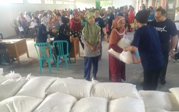 Ratusan warga Natai Raya, Kelurahan Baru, Kecamatan Arut Selatan mendapatkan sembako murah seharga Rp25 ribu dari PT Pelindo lll, Jumat (24/6/2016). BORNEONEWS/CECEP HERDI