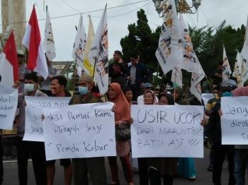 Seratusan warga Kotawaringin Barat dari berbagai elemen masyarakat turun beraksi ke jalan, di Bundaran Pancasila, Pangkalan Bun, Selasa (28/6/2016). Para demonstran mengekspresikan penolakan terhadap arogansi dan kekerasan yang dinilai sering dilakukan