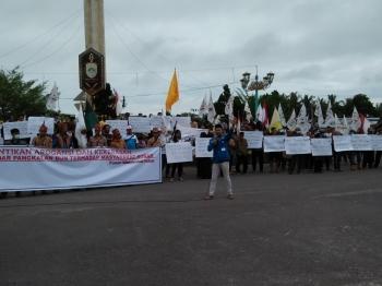Seratusan warga Kotawaringin Barat dari berbagai elemen masyarakat berdemonstrasi, di Bundaran Pancasila, Pangkalan Bun, Kotawaringin Barat, Selasa (28/6/2016) pagi. BORNEONEWS/BUDI BASKORO