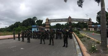 Pasukan TNI AU berjaga dan memblokir satu jalur pintu gerbang Lanud Iskandar Pangkalan Bun, Selasa (28/6/2016) Pangkalan Bun. Bersenjata lengkap dan peralatan anti huru-hara, mereka mencegah para demonstran memasuki kawasan teritorial TNI AU. BORNEONEWS/C