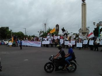 Seratusan warga yang tergabung dalam Forum Masyarakat Kobar, berdemo di Bundaran Pancasila, Selasa (28/6/2016). Mereka menolak arogansi TNI AU. BORNEONEWS/BUDI BASKORO