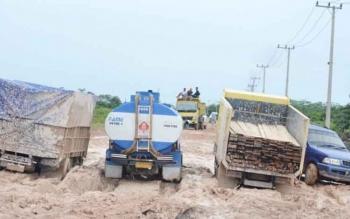 Kendaraan tonase berat saat melintasi Jalan Kotawaringin Lama - Pangkalan Bun. BORNEONEWS/RADEN ARYO