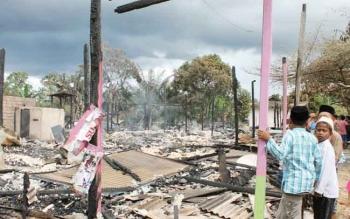 Sejumlah anak saat melihat puing-puing sisi kebakaran di SKPE yang diduga akibat korsleting listrik dan hubungan arus pendek di saat penghuni rumah mudik ke Jawa, beberapa waktu. BORNEONEWS/HENDI NURFALAH