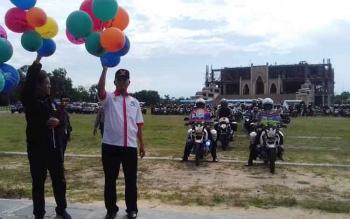 Wakil Bupati Sukamara, Windu Subagio (kanan), selaku Ketua Badan Narkotika Kabupaten (BNK) Sukamara bersama anggota DPR RI, Hamdhani melepas balon pada acara Kampanye Kreatif pencegahan narkoba di Kabupaten Sukamara. BORNEONEWS/NORHASANAH