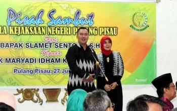 Kajari Pulang Pisau yang baru, Maryadi Idham Khalid saat memperkenalkan diri bersama istri pada acara Pisah Sambut Kajari, Senin (27/6/2016). BORNEONEWS/JAMES DONNY