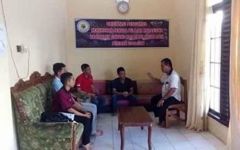 Anggota DPRD Gunung Mas Untung Jaya Bangas (kanan) berdialog dengan mahasiswa yang menetap di asrama mahasiswa Kabupaten Gunung Mas di komplek Unpar, beberapa waktu lalu. BORNEONEWS/EPRA SENTOSA