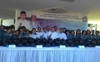 Tim Penggerak PKK Kalimantan Tengah menyalurkan 2.600 paket sembako murah kepada masyarakat, Rabu (29/6/2016). BORNEONEWS/TESTI PRISCILLA