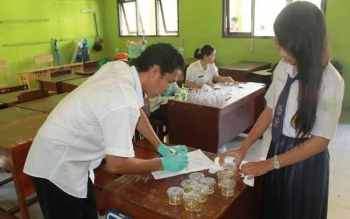 Siswa SMK Negeri 1 Sampit yang baru lulus tes administrasi, Rabu (29/6/2016) menjalani tes urine untuk memastikan mereka bebas narkoba. BORNEONEWS/RAFIUDIN